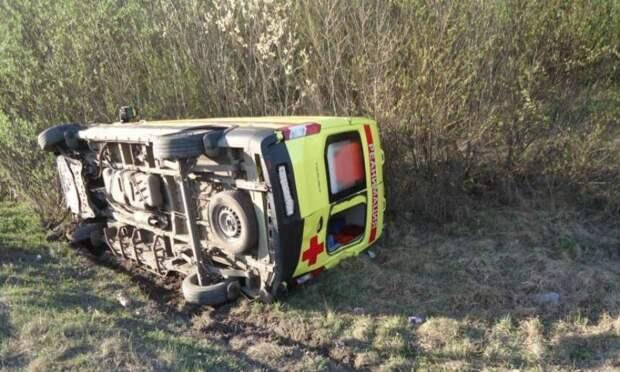 ВАрхангельске автомобиль «скорой» столкнулся сбольшегрузом иперевернулся