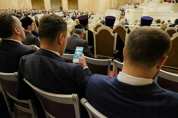 Большинство россиян считают, что чиновникам слишком много платят