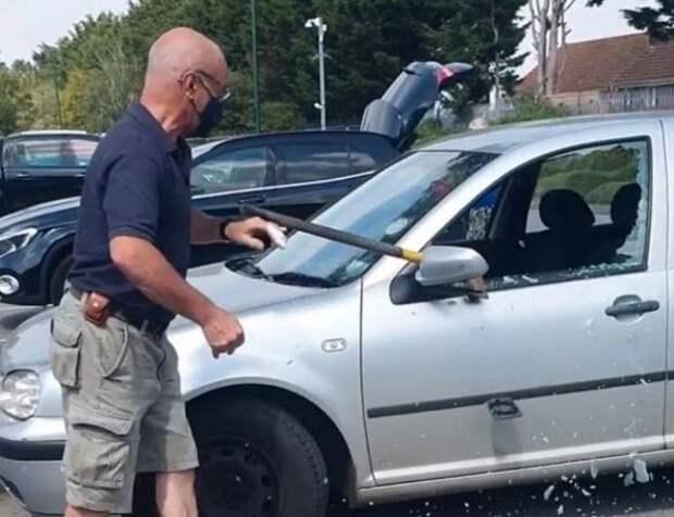 Мужчина разбил окно машины, чтобы спасти запертую в машине собаку