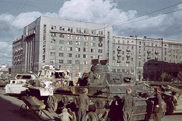 Дети у подбитых немецких танков в оккупированном Харькове