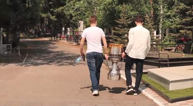 Экс-хоккеист «Авангарда» привез Кубок Гагарина на могилы Черепанова и Киселева