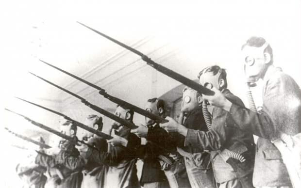 Учащиеся сыктывкарской школы № 1 проходят военное обучение. 1941