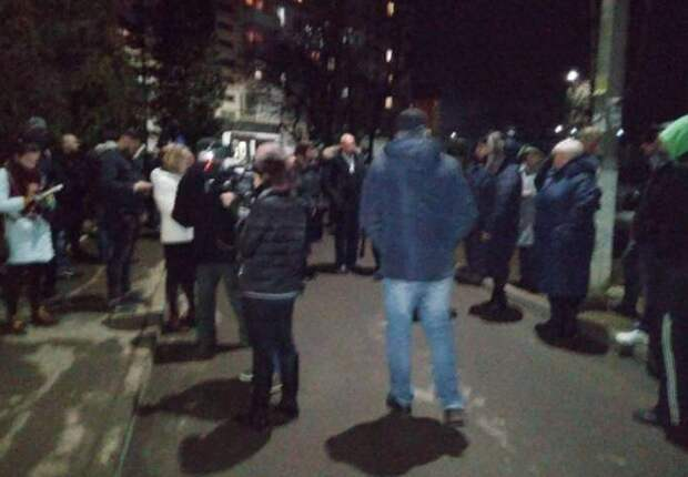 На Западной Украине у дома заболевшего коронавирусом собралась толпа