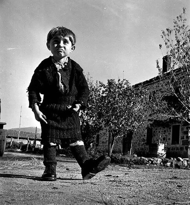 Греция, 1948 год - Мальчик в только что подаренных ему ботинках<