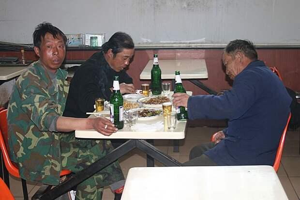 В третьих, когда они хотят выпить - они это делают! Листвянка, байкал, китайцы, отдых, ржач, туризм, юмор