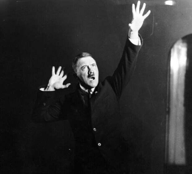 10. Гитлер репетирует речь перед зеркалом, 1925 год