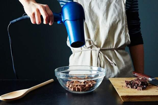 Направляйте фен на шоколад на расстоянии 20-25 см. / Фото: inmyroom.ru