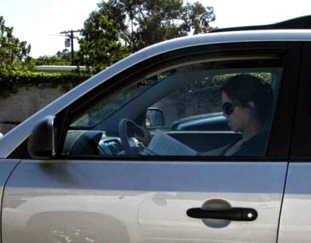 Девушка, которая читает... за рулем.