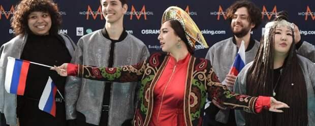 Манижа пришла на открытие «Евровидения» в парче и оранжевом кокошнике