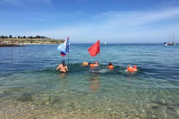 Российские «моржи» отметили День Победы массовым заплывом в Севастополе