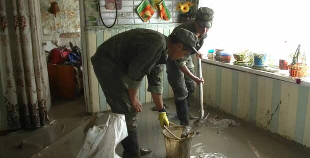 Мобильный отряд ЧФ расчищает в Керчи частные дома от завалов