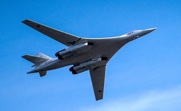 Появилось видео полета двух ракетоносцев Ту-160 над водами Арктики