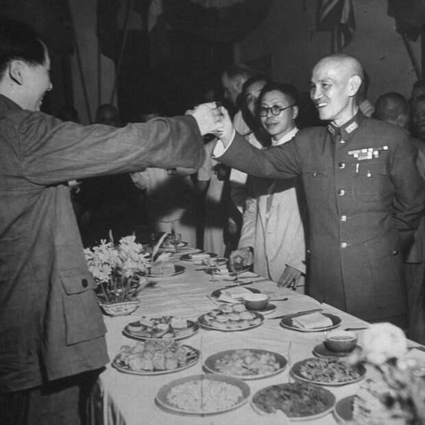 Мао Цзэдун и Чан Кайши тостят в честь капитуляции Японии - Чунцин, сентябрь 1945 г.  история, люди, фото