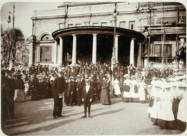 Воспитанники учреждений Императорского человеколюбивого общества у строящегося Народного дома императора Николая II. 1902 год.