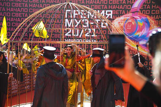 На фото: певица Ольга Бузова перед церемонией вручения ежегодной национальной телевизионной премии в области популярной музыки `МУЗ-ТВ 20/21.