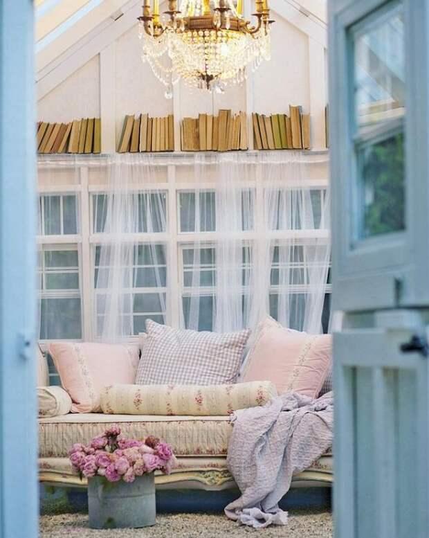 Маленькую теплицу в саду Кортни превратила в уютный уединенный домик для чтения книг. Для статьи использованы фотографии из Инстаграм-аккаунта Кортни @frenchcountrycottage и сайта frenchcountrycottage.net