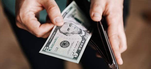 Доллар опустился ниже 74 рублей впервые с середины марта