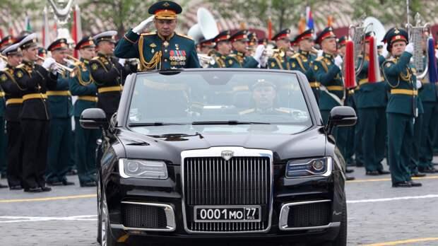 Шойгу поприветствовал парадные расчеты на Красной площади