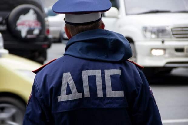 Полицейского сбили машиной при попытке задержать блогера за разбой