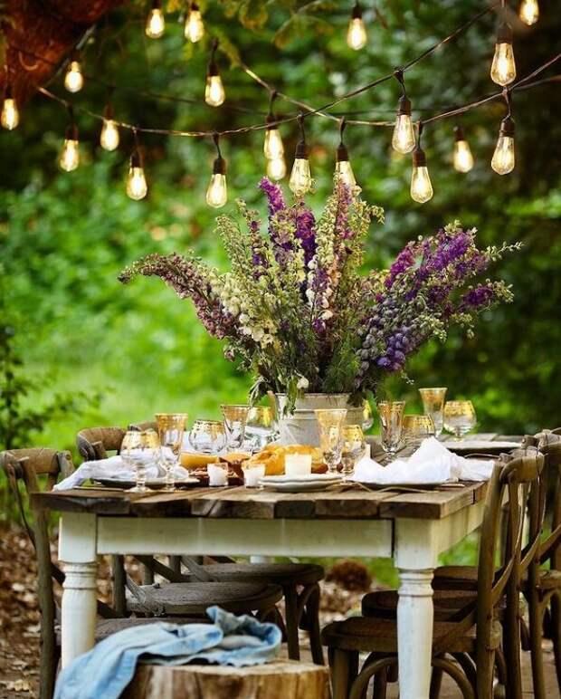 Красивый сервированный стол в саду Кортни. Для статьи использованы фотографии из Инстаграм-аккаунта Кортни @frenchcountrycottage и сайта frenchcountrycottage.net