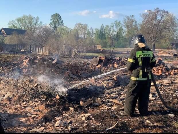 Уральские пожарные после тушения поиграли с машинками в песочнице