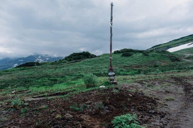 вот тут даже остался кусок трубы с вентелем от отработавшей скважины. Глубина скважин 2-3 километра.