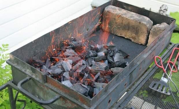 Без розжига, горелки и бумаги: как быстро и равномерно зажечь угли в мангале