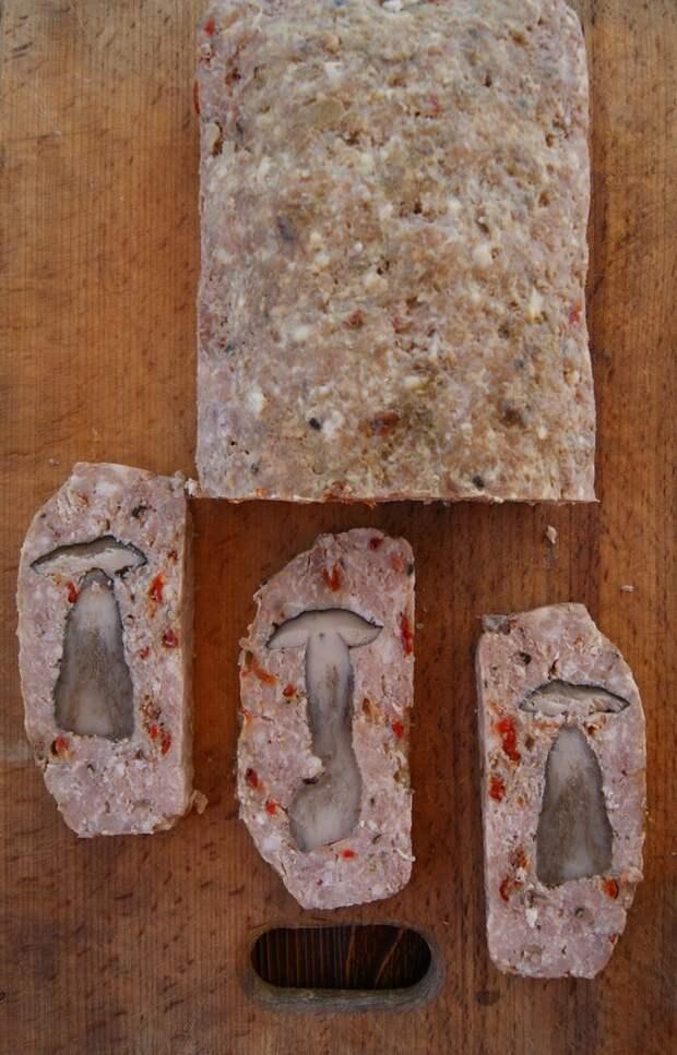 Мясной хлеб с томатами и грибами....