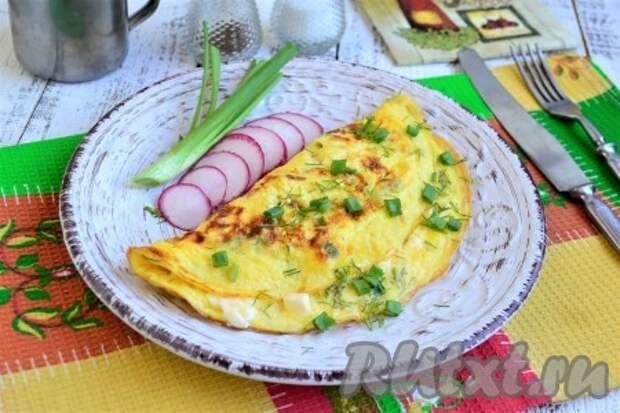 Омлет с плавленным сыром на сковороде
