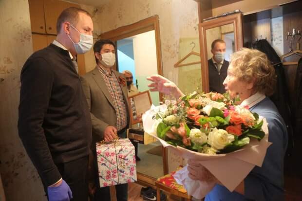 Префект СВАО поздравил в Днем Победы ветерана из Лосинки