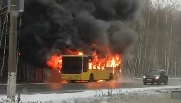 Гасить полыхающий автобус в центре Ярославля помогали даже проезжающие мимо водители