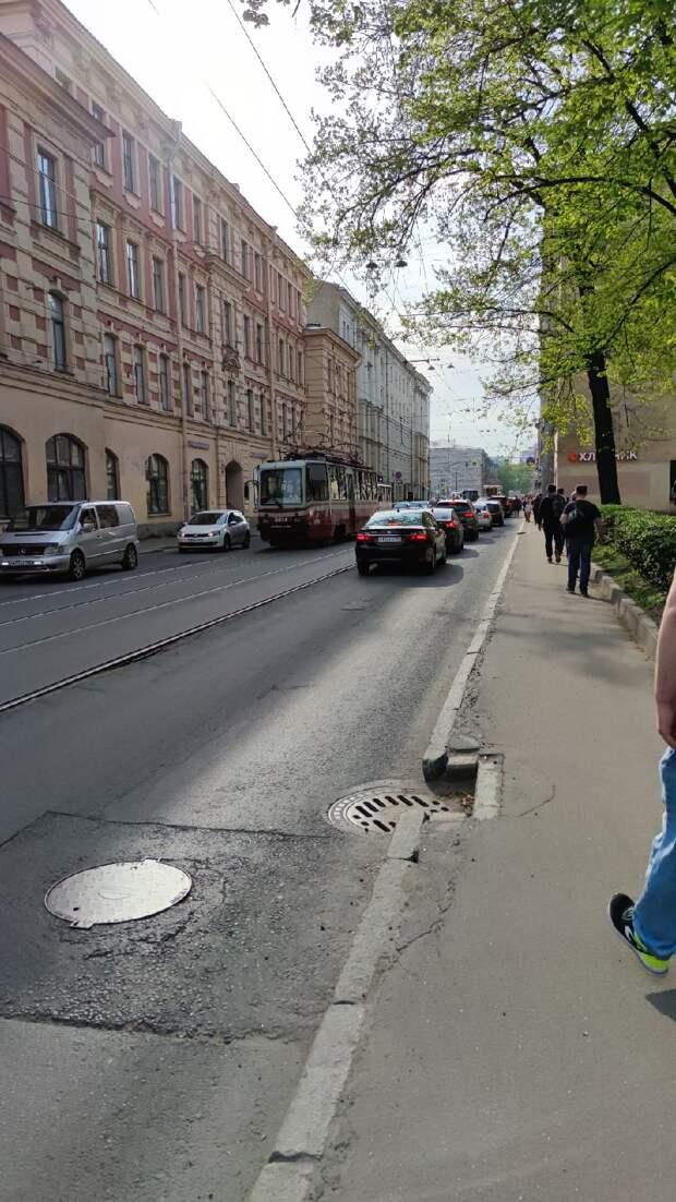 Авария на сетях на время остановила движение трамваев и троллейбусов у Финляндского вокзала в Петербурге