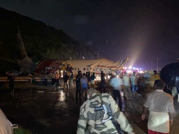 В Индии пассажирский «Боинг» упал с обрыва