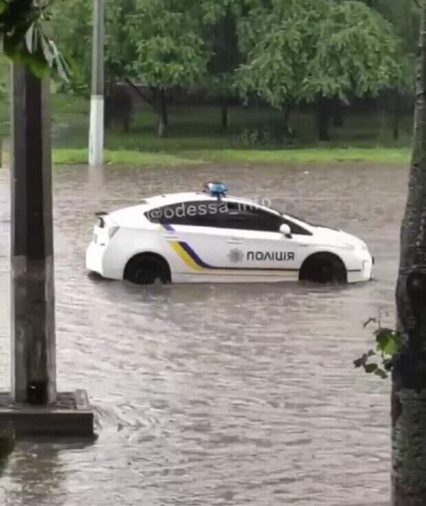 Мощный ливень обрушился на Одессу, улицы превратились в реки: видео стихии