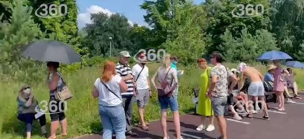 Видео: многочасовая очередь за прививкой в парке «Тушинский»