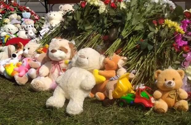 Жители Казани третий день несут цветы к школе, где произошла стрельба