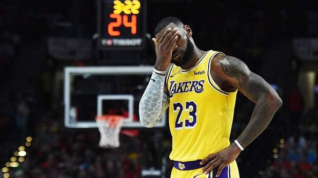 «Лейкерс» проиграли «Атланте», Леброн Джеймс получил травму