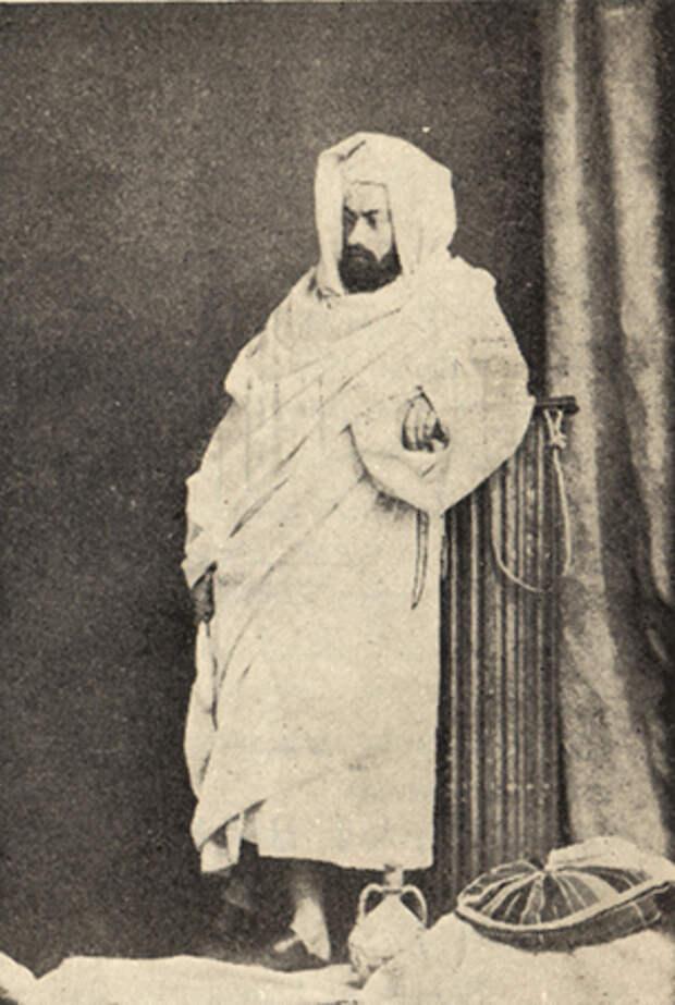 Миклухо-Маклай во время путешествия на Красное море в арабском бурнусе. 1869 год
