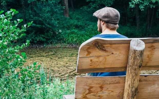 Мужчина сидит на лавочке