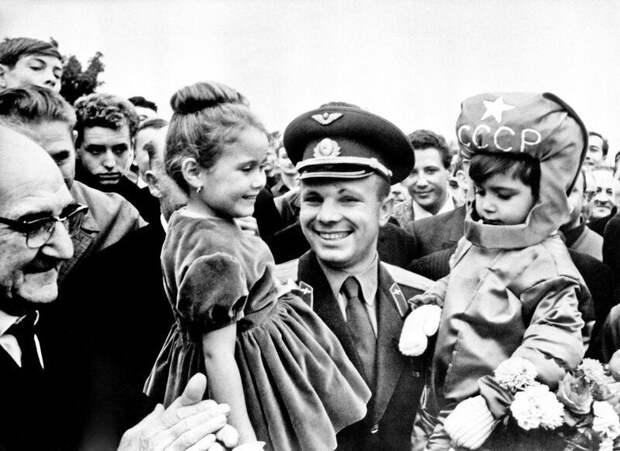 Юрий Гагарин во время своего визита во Францию, 1963 год.  история, люди, фото