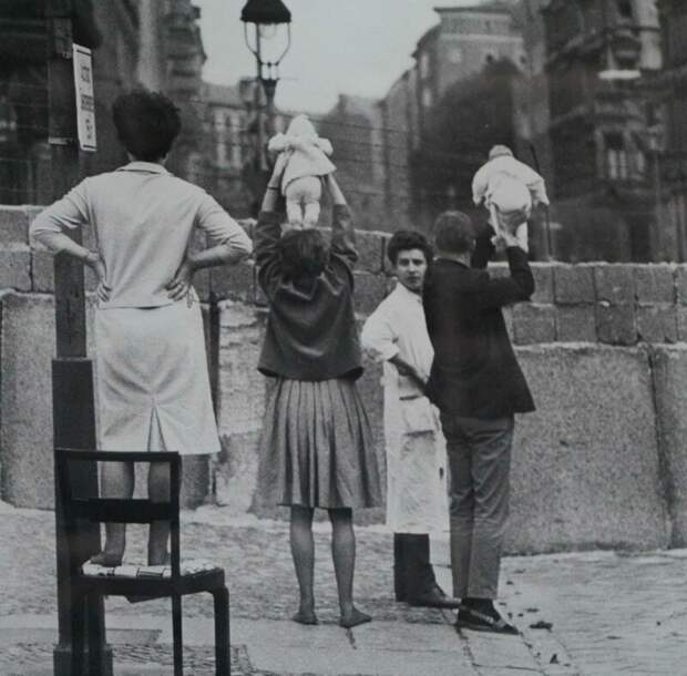 Жители Западного Берлина показывают детей своим бабушке и дедушке, которые проживают на восточной стороне, 1961  история, люди, фото