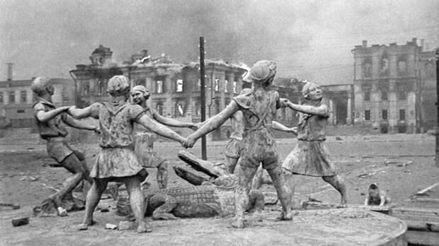"""75 лет назад немецкая авиация разрушила Сталинград: """"Горела даже Волга"""""""