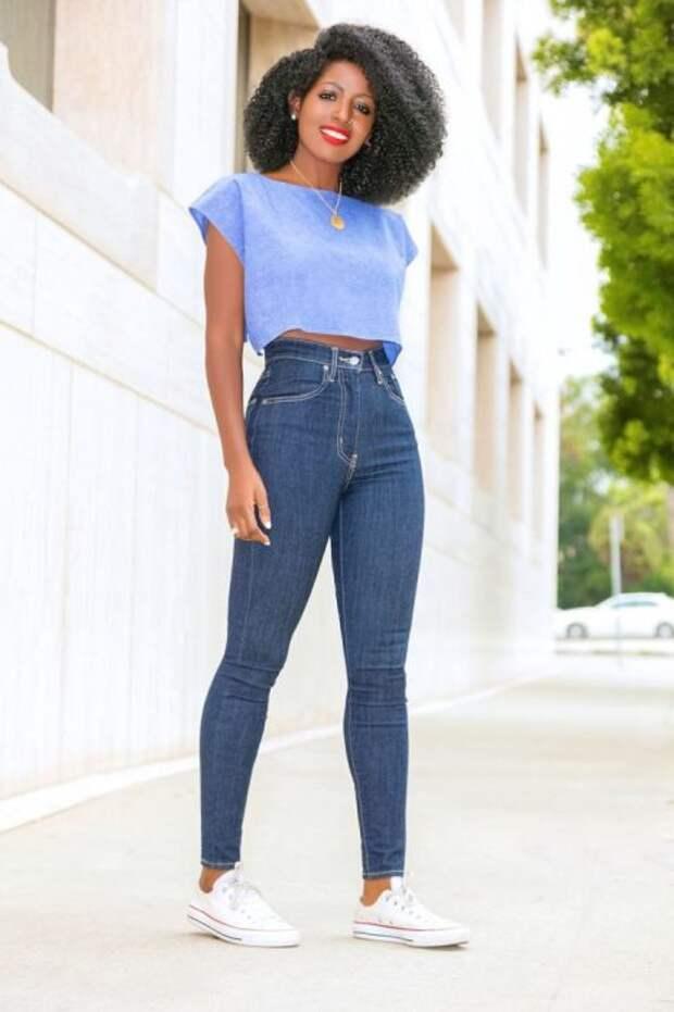 На женщинах невысокого роста обувь на низком ходу будет лучше смотреться с брюками, имеющими высокую или среднюю посадку. /Фото: fashionmakestrends.com