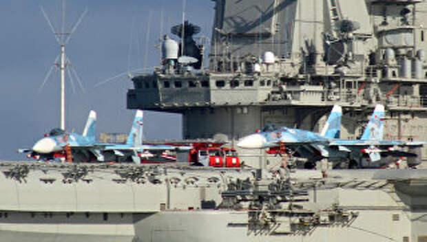 Самолеты Су-33 на борту тяжелого авианесущего крейсера Адмирал Флота Советского Союза Кузнецов во время прохода авианосной группы Северного флота России через пролив Ла-Манш