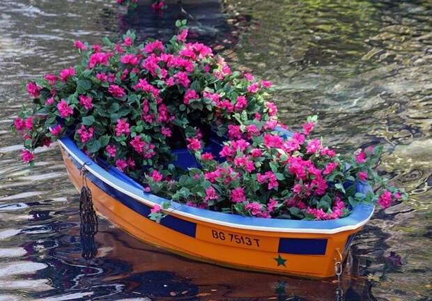 Еще лодка с цветами