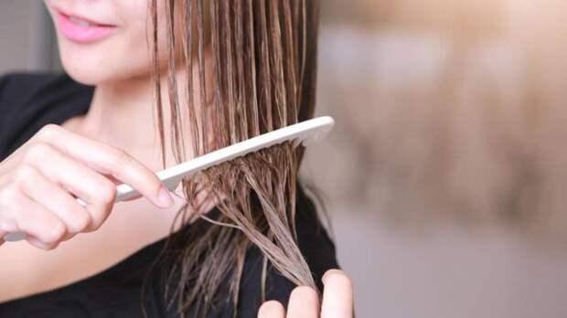 девушка расчесывает мокрые волосы