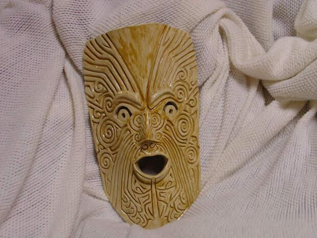 Воинские маски маори Коренные жители Новой Зеландии вырезали особые маски перед боем. Согласно системе верований маори, любой человек, который погиб в битве, оставил свою душу в одной из воинских масок. Как ни странно, но выставка таких масок маори в Британском музее вызвала настоящую истерию в обществе: 70 посетивших экспозицию женщин были вынуждены обратиться в больницу за помощью – а вот мужчины даже не заметили никакого проклятья.