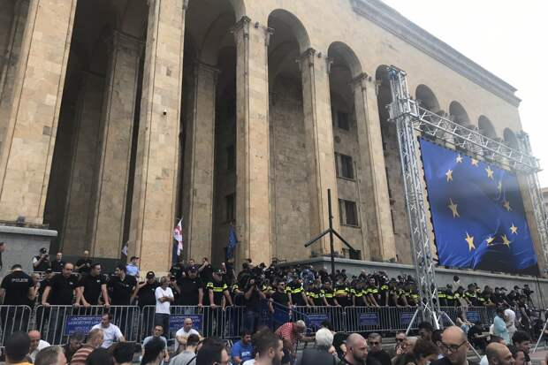Протестующие в Тбилиси забросали яйцами здание правящей партии