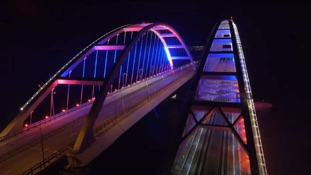 Крымский мост подсветили в цвет флага России ко Дню Победы