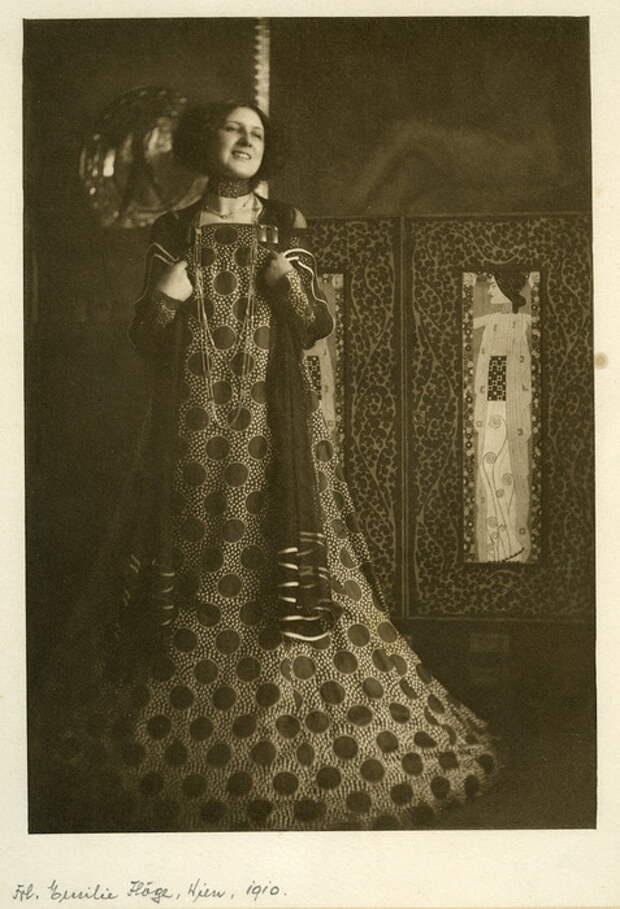Эмилия отдавала предпочтение платьям в пол свободного кроя с яркими орнаментами